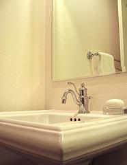 warum acryl das badezimmer beherrscht die billigste wunderwaffe der welt. Black Bedroom Furniture Sets. Home Design Ideas