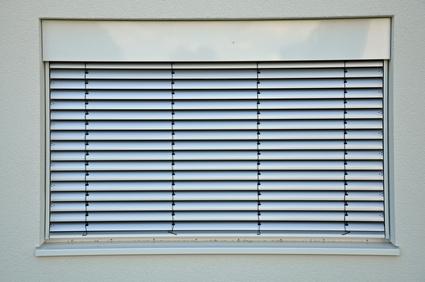 Lichtschutz am Eigenheim – so gelingt die Eigenmontage