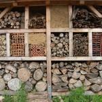 Ein Insektenhotel mit vielen verschiedenen Räumen