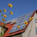 Ein Haus mit Dachrinne und Solaranlagen