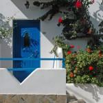 Eine blau lackierte Tür
