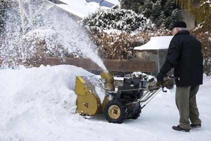 Schnee räumen vor dem eigenen Haus