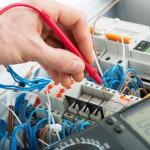 Elektriker führt Messung durch