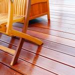Saubere Terasse mit Gartenmöbeln