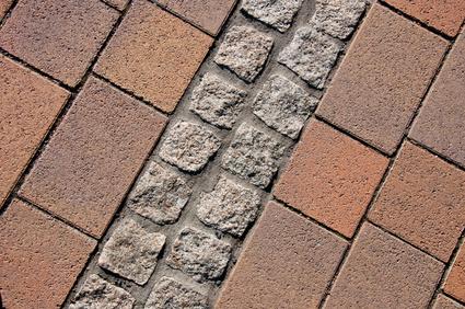 Die Terrasse selbst pflastern – auf diese Punkte müssen Sie achten