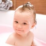 Glückliches Baby in der Badewanne