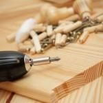 Akkubohrer und Holz