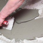 Bauarbeiter verputzt eine Wand