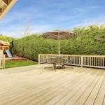 Garten mit großer Terrasse aus Holz