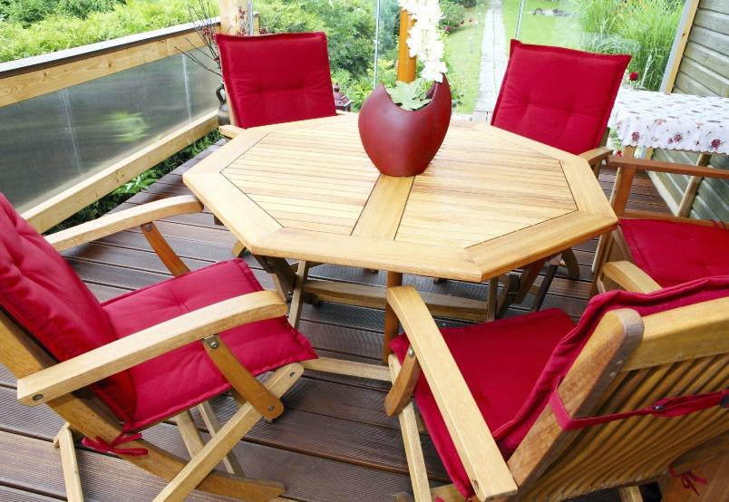 Gartenmöbel: Holz oder Kunststoff?