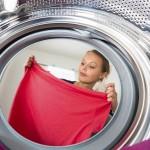 Frau wäscht Wäsche