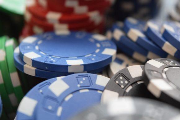 Wohnung im Casino-Style: Pokertisch, Pokerchips und Co als Deko nutzen